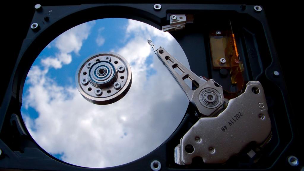 Cette image présente un disque dur sur fond de nuage pour expliquer l'importance et la possibilité de stocker ses données dans le cloud.