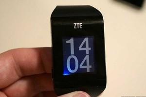 """Cette photo permet de voir les détails du cadran de la smartwatch """"beta"""" de la marque ZTE, la Bluewatch"""