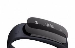Cette photo présente l'oreillette bluetooth détachable et l'écran OLED de la smartwatch Huaweil TalkBand B1.