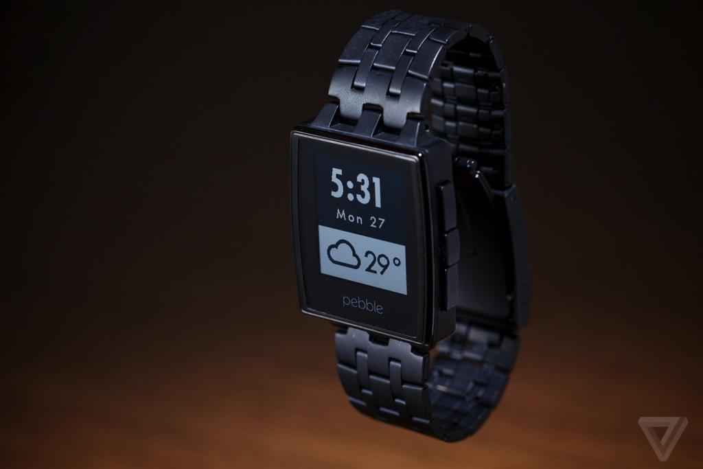 Cette photo présente la nouvelle montre connectée de Pebble, la Pebble Steel. La montre à désormais un design plus casual et plus portable qu'auparavant