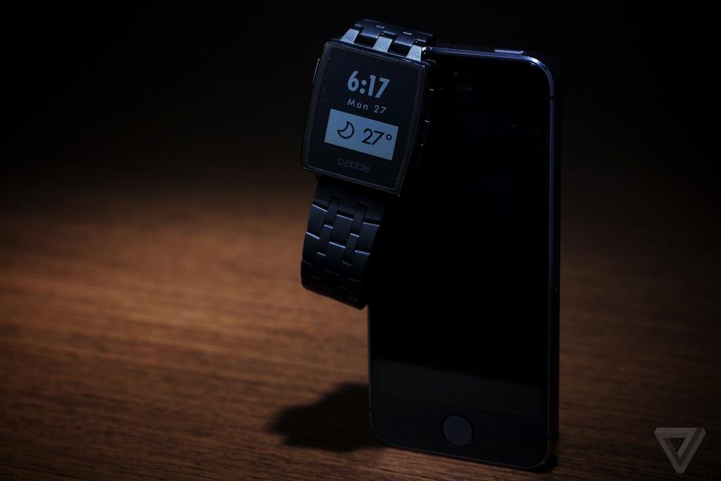 Cette photo présente la nouvelle Pebble Steel, pour l'instant smartwatch de l'année, à l'unanimité de tous. La montre fonctionne sous iOS et Android, ainsi que Windows Phone