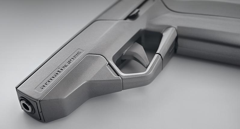 Le pistolet IP1 d'Armatix et le premier objet connecté dans le domaine des armes à feux. Il ne pourra pas fonctionner sans sa montre.