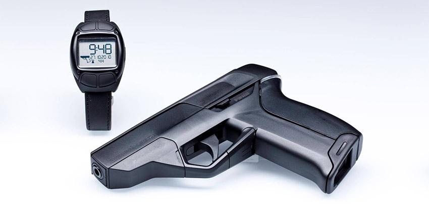 Cette image présente le premier pistolet connecté d'Armatix, qui ne peut fonctionner sans sa montre.