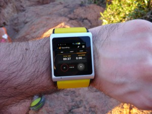 Cette photo montre la smartwatch A.I watch en démonstration. La montre connectée fait office de téléphone, grâce à sa carte SIM directement intégré dans le bracelet