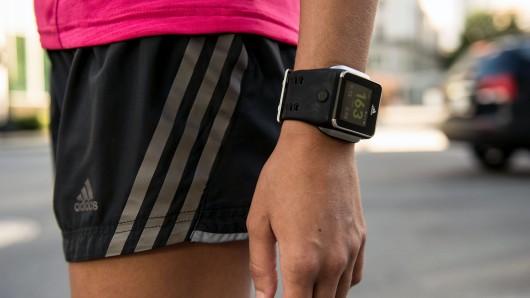 Cette photo met en scène la smartwatch d'Adidas, en plein exercice avec un joggeur. Preuve que la montre connectée de l'équipementier est faites pour les brûleurs de calories.