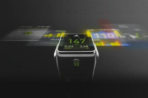 Cette image présente la smartwatch d'Adidas, la miCoach Smart Run, qui fait office de vrai coach sportif. La montre, constamment connectée à internet grâce au Wifi et à sa puce GPS, vous transmet constamment des conseils pour parfaire votre course régulière.
