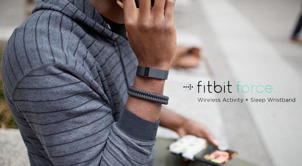 Cette photo présente la nouvelle smartwatch Fitbit Force, avec un résultat porté au poignet. La montre connectée de Fitbit permet de tracer l'activité physique effectué au cours de la journée.