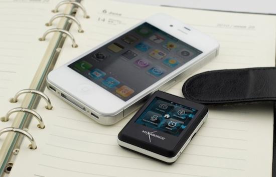 Cette photo démontre la smartwatch ZeNano de Mykronoz en pleine action et démonstration de ses fonctionnalités