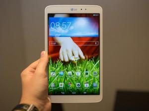 Cette photo présente la tablette LG Gpad 8.3, avec son écran d'accueil.